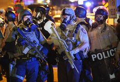 Pin for Later: Les Emeutes à Ferguson en 21 Images  Les agents de police étaient en tenue de combat et portaient des masques à gaz dans les rues de St. Louis.