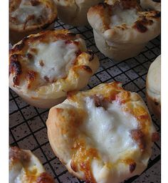 Mini Deep Dish Pizzas: Bet you can't just eat one! These scrumptious Mini Deep Dish Pizzas are tasty as prepared but can also be made with fresh vegetables for a more nutritious lunch! Photo courtesy of: Tammy's Times Lunch Snacks, Lunch Recipes, Appetizer Recipes, Cooking Recipes, School Snacks, Pizza Recipes, Yummy Recipes, Fun Appetizers, Side Dishes