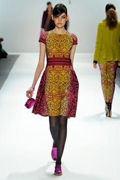 Nanette Lapore Fall 2012 - vestido estampado de colores fucsia, negro y amarillo fluor
