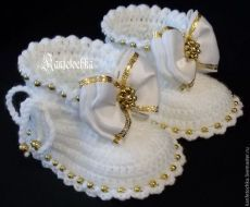 This Pin was discovered by nur Booties Crochet, Crochet Sandals, Crochet Slippers, Knit Baby Booties, Crochet Baby Shoes, Baby Boots, Baby Girl Shoes, Baby Hats Knitting, Baby Knitting Patterns