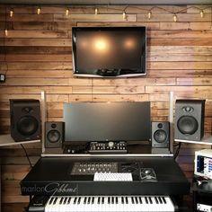 Setup of @marlon_gibbons ⠀⠀ ⠀⠀⠀⠀⠀ #musicstudio #musicproduction #studioporn #studiosetup #recordingstudio #music #homestudio #homerecording #studiolife #studiolifestyle #musicproducer #musicproducerlife #musicproductionlife #daw #bedroomproducer #studiomonitors