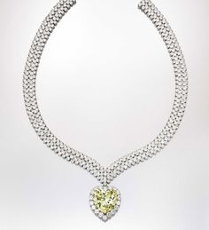 Collier Van Cleef & Arpels d'Estée Lauder ayant appartenu à la duchesse de Windsor http://www.vogue.fr/joaillerie/news-joaillerie/diaporama/bijoux-estee-lauder-evelyn-lauder-sotheby-s-new-york-breast-cancer-research-foundation/10783/image/648393#!bijoux-estee-lauder-evelyn-lauder-sotheby-039-s-new-york-breast-cancer-research-foundation-van-cleef-amp-arpels-diamant-jaune