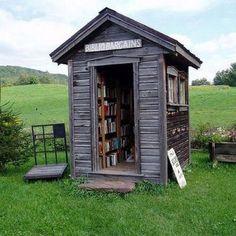 Wat een superschattig huisje vol met boeken!
