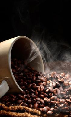 Coffee Beans - Brew The Ideal Coffee By Making Use Of These Pointers I Love Coffee, Hot Coffee, Coffee Break, Mocha Coffee, Coffee Shop Photography, Food Photography, Café Chocolate, Pause Café, Coffee Photos