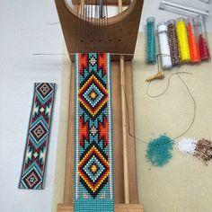 Bilderesultat for Native American Loom Beading Patterns Free Bead Loom Bracelets, Beaded Bracelet Patterns, Jewelry Patterns, Beaded Jewelry, Jewelry Ideas, Beaded Bead, Gypsy Jewelry, Indian Beadwork, Native Beadwork