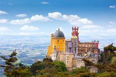 Essa semana vamos falar de castelos! Alguém já sonhou que era da realeza? . A gente do #nomadetips gosta de imaginar que quando o nosso corpo viaja, a mente vai junto! . Vamos te mostrar 7 castelos portugueses que vão te dar vontade de comprar a passagem e entrar para esse mundo de imaginação!!! . Pena National Palace. . Situado em Lisboa, sobre um monte em Sintra, o Palácio Nacional da Pena, que foi construído sobre as ruínas de um mosteiro, é o que mais se aproxima dos castelos dos contos…