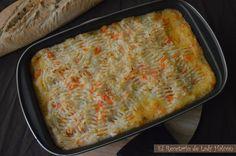 PASTEL DE CARNE INGLES  Ingreds 8 per:  6 zanahorias cocidas y en pure 5 patatas grand cocidas y en pure  1 kg. carne d ternera sofrie 3 cebolletas sofrie 1 vaso pequeñ vino blanco 125 g tomate triturado sofrie 2 cuch soperas harina p/a ayudará a que los jugos y la salsa se liguen y espesen. Remueve y deja q se haga 1 par d min.  3 cuch soperas salsa Worcestershire 2 nueces d mantequilla sin sal  Sal y pimienta Aceite oliva - SE puede poner guisantes