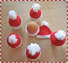 Mit dieser Anleitung für Eierwärmer als Weihnachtsmann Mützen Look sind festliche Frühstückseier kein Problem mehr. So häkelst du Weihnachtsmützen für dein