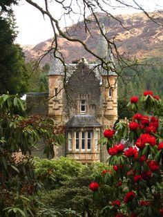 Mansion victoriana en el Jardin Botanico Benmore o Real Jardin Botanico de Edimburgo (1670) en la peninsula de Cowal, Argyll, Edimburgo, Escocia, Reino Unido. Fotografia by Martyn Gorman y depositada en Wikimedia.