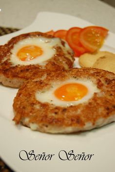Hamburger with fried egg in the middle Egg Recipes, Cooking Recipes, Healthy Recipes, Hamburger With Egg, Tapas, Barbecue Pork Ribs, Huevos Fritos, Good Food, Yummy Food