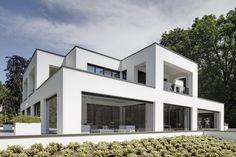 De bewoners van deze villa, ontworpen door Jan des Bouvrie, willen optimaal genieten van hun buitenruimtes en het uitzicht op de tuin. Daarom lieten ze de twee veranda's volledig voorzien van M-View verandabeglazing.