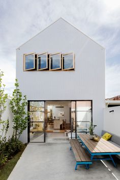 Some fab exterior inspo for you peeps on this Monday! Isn't this just simplicity at its finest? Residential Architecture, Interior Architecture, Exterior Design, Interior And Exterior, Compact House, Melbourne House, Architectural Digest, Home Fashion, Beautiful Homes