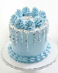 7 Creative Wedding and Occasion Cake Ideas. Fantastic blue birthday cake and it can also double as a simple engagement cake. Cake Decorating Videos, Birthday Cake Decorating, Cake Decorating Techniques, Birthday Cake Designs, Beautiful Cake Designs, Beautiful Cakes, Amazing Cakes, Simple Cake Designs, Blue Birthday Cakes