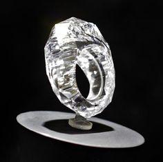 """The World's First All-Diamond Ring by Shawish. O projeto Shawish foi protegido por direitos autorais e nomeado """" primeiro anel do mundo All- Diamond"""" - feita a partir de um diamante bruto de 150 quilates."""