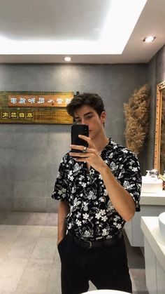 The typical selfie haha! Sightseeing Outfit, Boy Fashion, Fashion Outfits, Womens Fashion, Look Man, Photography Poses For Men, Classy Photography, Inspiration Mode, Cute Guys