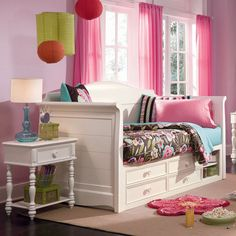 Vibrant girl's room design. Beautiful day bed!