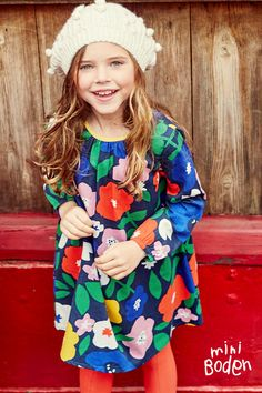 Our 100% cotton dress with long sleeves will keep you feeling cozy the whole day long. Its relaxed shape makes it perfect to wear on all your adventures – whatever they may be. Choose from a colourful floral or space print.