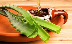 Sunburn Treatment: Mix equal parts aloe vera gel and honey, then spread it on the effected skin. As the aloe vera soothes the burns, the honey will help heal the skin quicker. Health Remedies, Home Remedies, Natural Remedies, Natural Treatments, Como Tomar Aloe Vera, Red Spots On Face, Honey Recipes, Healthy Recipes, Aloe E Vera