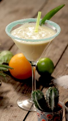 It's the hour of the aperitif! Start with this Pina Colada. rnrnSource by tastemadefrance Como Fazer Pina Colada, Cocktail Videos, Cocktail Recipes, Drink Recipes, Fresh Lime Juice, Fresh Fruit, Vanilla Milkshake, Clean Eating Snacks, Cocktail