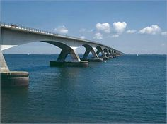 Wie kent hem niet: de Zeelandbrug.   Deze brug verbindt Noord- Beveland met Schouwen- Duiveland. De brug heeft een lengte van 5 kilometer en is daarmee de langste brug van Nederland.          Province Zeeland, The Netherlands has the longest bridge of the Netherlands, the zeelandbrug is 5 km long