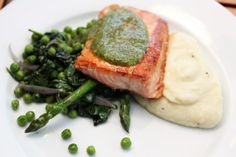 Pannestekt laks med spinat, erter og pesto Seafood Recipes, Dinner Recipes, Pesto, Fish Dishes, Salmon Burgers, A Food, Cooking, Ethnic Recipes, Cakes