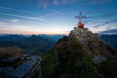 Unser Wochenstart-Highlight für SIE! Wandern auf 400 km Traumwegen mit herrlichen Panoramen und frischer Bergluft.  Saalbach Hinterglemm bietet mit der JOKER CARD kostenlosen Zugang zu den Bergbahnen und den Attraktionen der Region. Entdecken Sie den Sommer im Glemmtal! 🌞  Mehr dazu auf: Der Joker, Austria, Mountains, Outdoor, Nature, Travel, Hiking Trails, Alps, Hiking