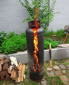 Best Cost-Free Backyard Fire Pit metal Popular Quite a lot of today's house owners feel the need for more than a traditional wood deck which has a barbecue g. Metal Fire Pit, Diy Fire Pit, Fire Pit Backyard, Fire Wood, Gas Bottle Wood Burner, Parrilla Exterior, Fire Pit Plans, Fire Pit Grill, Fire Pits