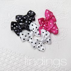 Mašličky 24 x 17 mm / Mix No. 1 / 6 ks Saténové mašličky, precizně vyrobené. Vhodné na šperky, ozdoby do vlasů, scrapbooking, a jiné kreativní projekty. Cena za balení 6 kusů - 2ks černé, 2ks růžové, 2ks bílé. Rozměry: 17x24mm (viz druhou fotku na ruce) V nabídce i další mix barev (E) Satin Ribbon Bows, Mixed color, 24x17mm