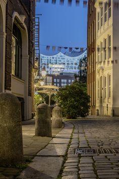 Deichstraße zur blauen Stunde mit der Elbphilharmonie | Bildschönes Hamburg