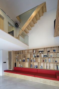 Le cabinet Moon Hoon, basé à Séoul, a conçu une maison monumentale au volume original qui accueille de vastes espaces de vie avec entre autre un cinéma et une bibliothèque.
