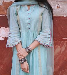 Kurti Sleeves Design, Sleeves Designs For Dresses, Kurta Neck Design, Dress Neck Designs, Sleeve Designs, Blouse Designs, Pakistani Dresses Casual, Pakistani Dress Design, Kurta Designs Women