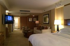 A list and reviews of wheelchair accessible hotels in New York City. Where to find a room with a roll-in shower and grab bars in the bathroom.