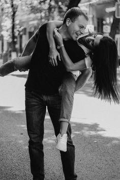Идеи для фотосессии лавстори | лавстори | пара фотосессия | лавстори город | позы | Идеи для фото на природе | Идеи для фото на улице | lovestory photoshoot | Парная съемка на улице | идеи для фото инстаграм | couple poses | couple goals | bw inspiration | authenticlovemag | lovestory photoshoot | #lovestory | Позы для парной фотосессии | #чбфото | Черно-белая фотография | парные фото | фотосессия для пары на улице |уличная фотосессия | street photoshoot Couple Beach Pictures, Couple Photos, Looking For Love, Love People, Couple Photography, Inspire Me, Relationship Goals, Love Story, Wedding Photos