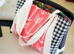 Perfect Picnic Tote Pattern | Looking for a lightweight bag for fall? Then you'll love this free purse pattern!