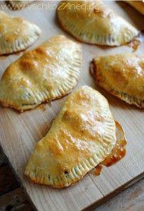 Тази рецепта за емпанада с ябълки и канела е толкова лесна и ще се хареса на малките, тъй като емпанадата става отвън хрупкава и отвътре сладка. Също така се добавят мини маршмелоу към плънката. А малките могат да се забавляват в кухнята пълнейки емпанадите.