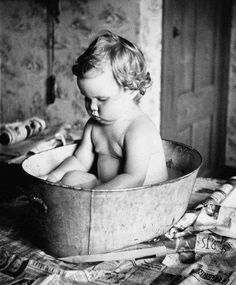 Vintage Photo- Cutie patootie in a tin tub. Get my boys ready for bed with a bath each night. Antique Photos, Vintage Pictures, Old Pictures, Vintage Images, Old Photos, Children Pictures, Photo Vintage, Look Vintage, Black White Photos