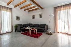 Część dzienna Simple House - kącik wypoczynkowy z kanapą. Fot. Bautech Futura