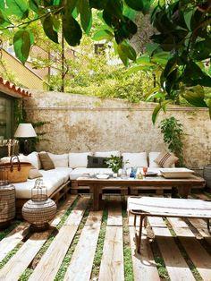 holzdielen und gras grüne terrassengestaltung