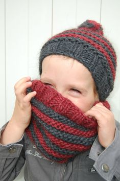 Bonnet rouge et gris au tricot - - Pint Pic Snood Knitting Pattern, Crochet Snood, Loom Knitting Stitches, Baby Hats Knitting, Crochet Baby Hats, Knitting For Kids, Crochet Cardigan, Knitting Projects, Knitted Hats