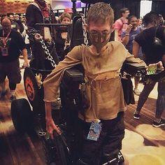"""Sensacional! Um estudante deficiente modificou a sua cadeira de rodas para fazer um cosplay de """"Mad Max"""" e o resultado não poderia ter sido mais incrível."""