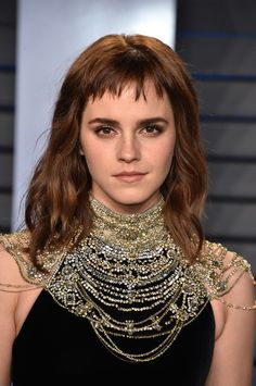 Emma Watson – 2018 Vanity Fair Oscar Party in Beverly Hills Emma Watson Style, Outfits and Clothes. Blonde Haircuts, Haircuts With Bangs, Bob Hairstyles For Thick, Fringe Hairstyles, Short Hair With Bangs, Short Hair Styles, Short Choppy Bangs, Images Emma Watson, Asymmetrical Bob Haircuts