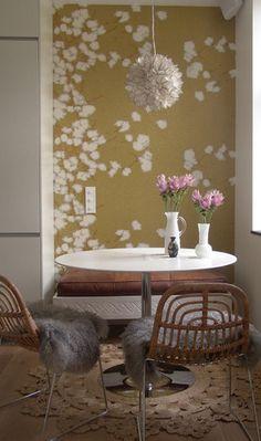 Le papier peint apporte une vraie personnalité au coin sofa - et la suspension aérienne répond aux motifs du décor.  The wall paper enhances the sofa corner - like the light, very similar to the drawings.
