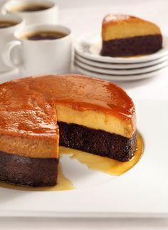 Ingrédients : Pour le caramel : 100 g de sucre Pour le gâteau au chocolat : 2 œufs 70 g de sucre 80 ml de lait 120 g de farine 2 cuillères à soupe de cacao 1 cuillère à café de levure chimique 70 g de beurre fondu Pour le flan vanille : 3 œufs