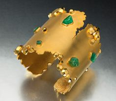 Ahhh yes, gold and emeralds with a twist. A beautiful and unique cuff from the London Studio of artist Ornella Ianuzzi. India Jewelry, Jewelry Art, Antique Jewelry, Gold Jewelry, Jewellery, Unusual Jewelry, Modern Jewelry, Bijoux Design, Jewelry Design