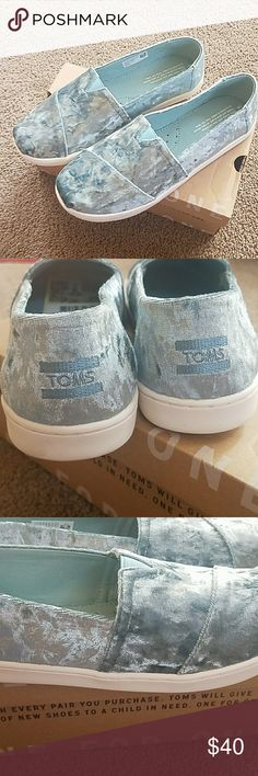"""TOMS Girls Size 6 """"Frost Velvet"""" NWT Adorable! Blue Frost Velvet Toms Girls Size 6. Comes with Box Toms Shoes"""