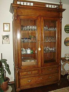 Cristaleiras Antigas Pequenas, Grandes, de Madeira, Vintage China Cabinet, Beach House, Storage, Furniture, Home Decor, Ideas, Antique Hutch, Vintage Furniture, Refinished Furniture