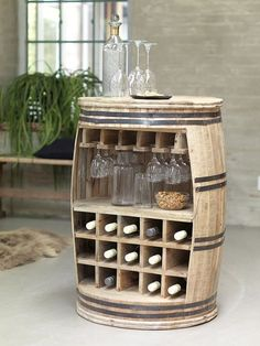 Weinregal Crazy dekoriert mit Flaschen und Gläsern Crazy wine rack decorated with bottles and glasses Barrel Furniture, Pallet Furniture, Wine Storage, Home And Deco, Bars For Home, Home Projects, Woodworking Projects, Woodworking Plans, Woodworking Patterns