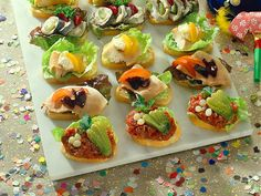 Canapés – small treats for Schnittchen fans – recipe – Food – All kind – Finger Food Party Finger Foods, Snacks Für Party, Finger Food Appetizers, Appetizers For Party, Appetizer Recipes, Wedding Food Menu, Reception Food, Quick Vegetarian Meals, Party Buffet