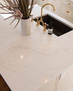 Kitchen Quartz Backsplash, Quartz Countertops Colors, White Countertops, Home Room Design, Kitchen Design, Hanstone Quartz, White Exterior Houses, White Quartz Counter, Kitchen Dinning