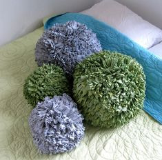 Pom Pom Pillows made from old t shirts. No tutorial but I bet you could use t shirt yarn and standard pom pom procedures on a large scale. Recycled T Shirts, Old T Shirts, Recycled Rugs, Crafts To Do, Crafts For Kids, Arts And Crafts, Craft Projects, Sewing Projects, Craft Ideas